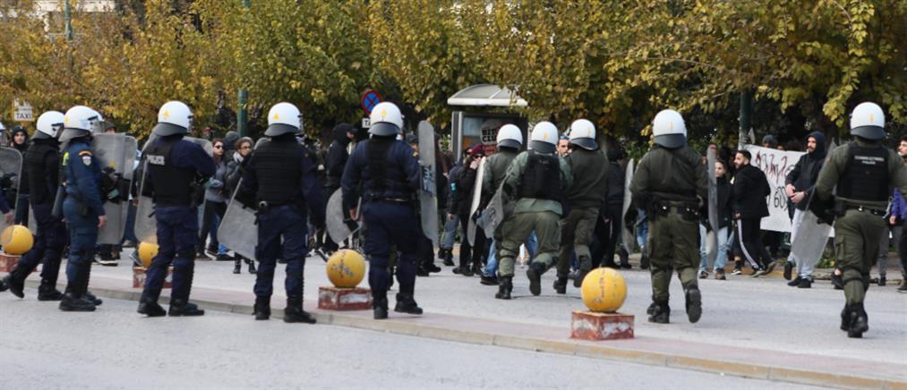 Ένταση στην Ευελπίδων για τους συλληφθέντες στο Κουκάκι (εικόνες)