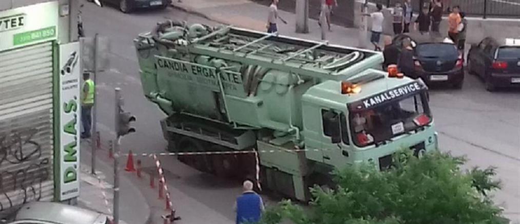 Φορτηγό έπεσε σε τρύπα που άνοιξε στο δρόμο