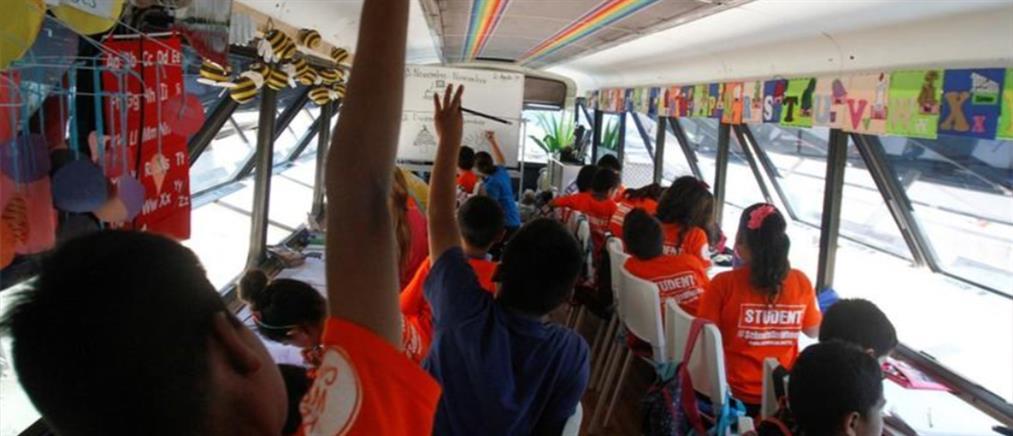Λεωφορείο έγινε σχολείο στα σύνορα Μεξικό – ΗΠΑ (βίντεο)