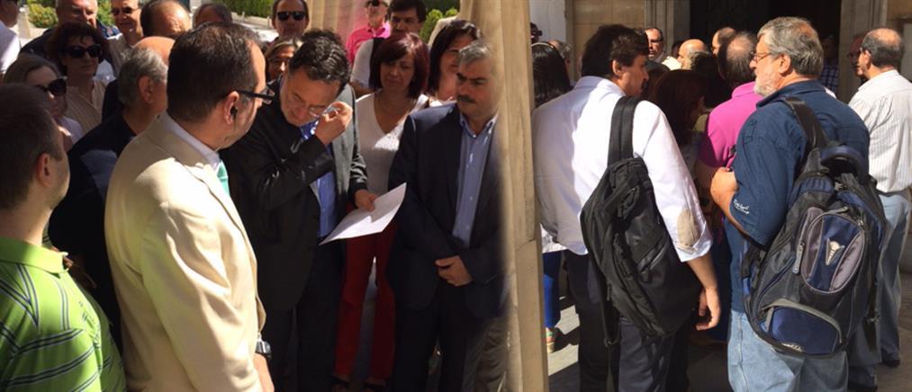 Με διαμαρτυρίες έξω από τη Βουλή ξεκίνησε η συζήτηση για το δημοψήφισμα
