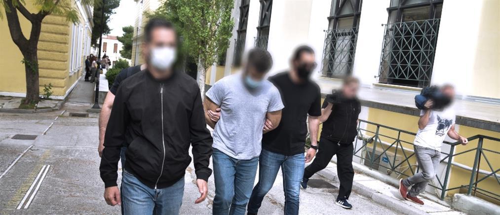 Έγκλημα στα Καλύβια: νέα αναβολή στην απολογία του δράστη (εικόνες)