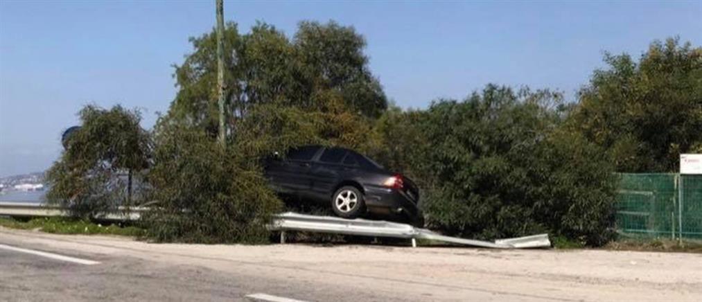Καβάλησε με το αυτοκίνητο το προστατευτικό κιγκλίδωμα!