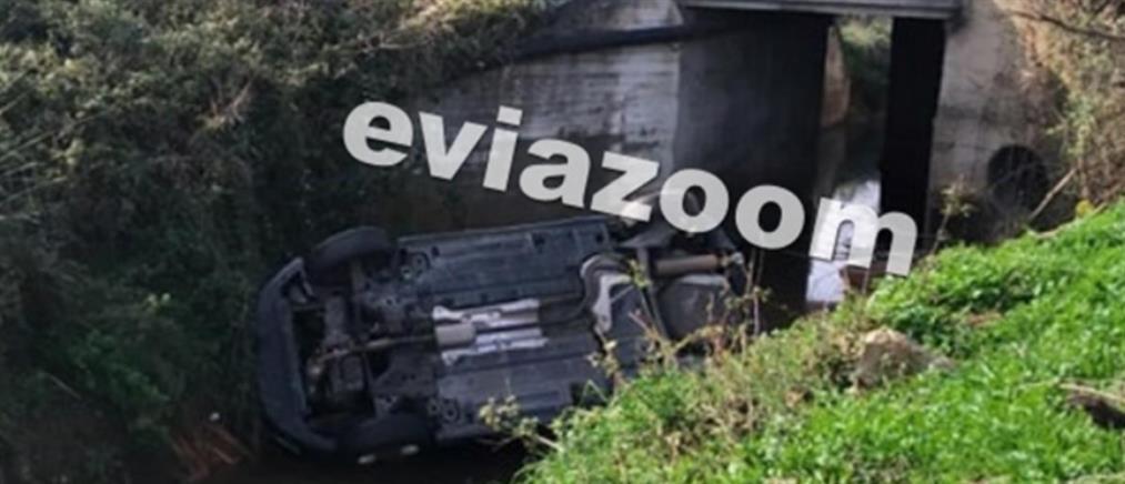 Αυτοκίνητο έφυγε στη στροφή και έπεσε στο ποτάμι (εικόνες)