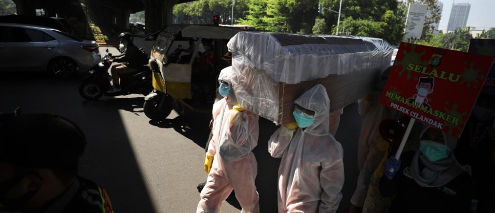 Βάζουν τους αρνητές της μάσκας να σκάβουν... τάφους για τα θύματα του κορονοϊού
