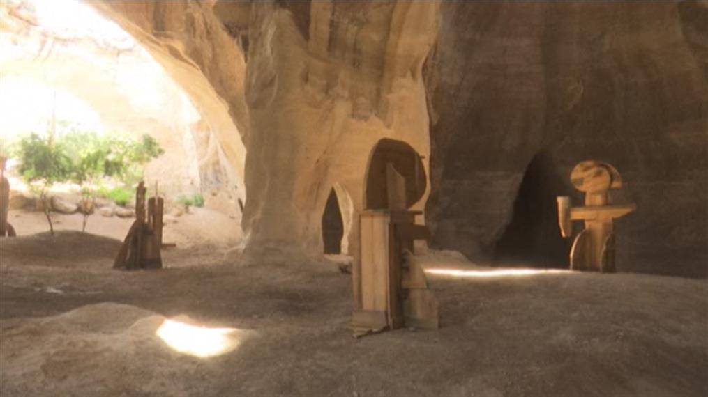 Έκθεση με γλυπτά μέσα σε σπηλιά