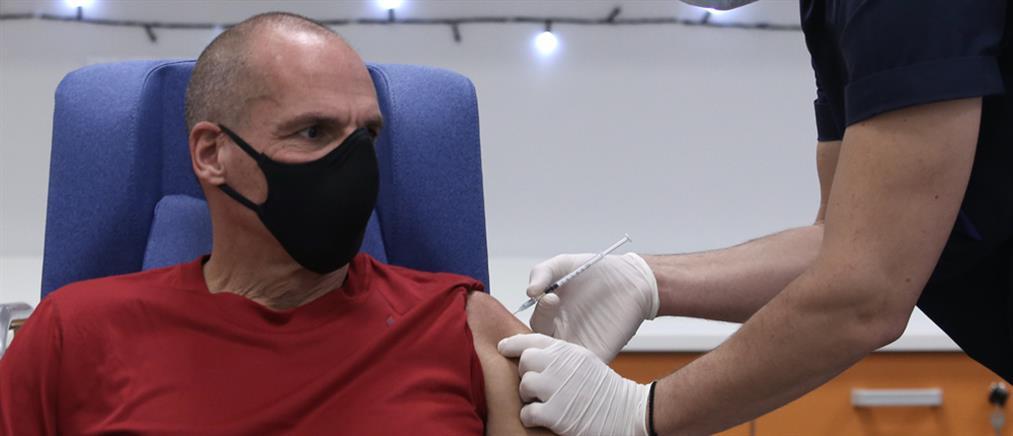 """Εμβολιάστηκε ο Βαρουφάκης: """"το εμβόλιο μόνο του δεν αρκεί για την απελευθέρωση"""""""