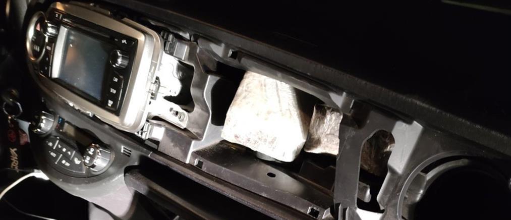 Έκρυβε την ηρωίνη στο... ταμπλό του αυτοκινήτου