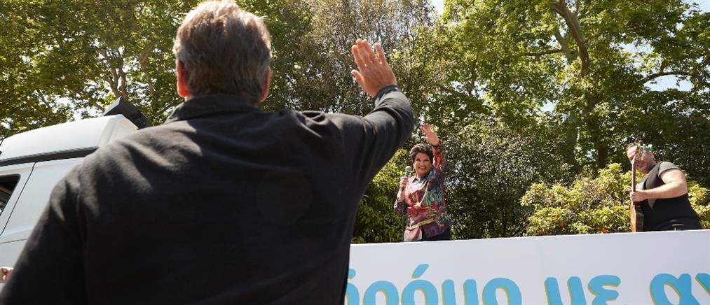 Ο Μητσοτάκης έξω από το Μαξίμου για την συναυλία... εν κινήσει της Άλκηστις Πρωτοψάλτη (εικόνες)