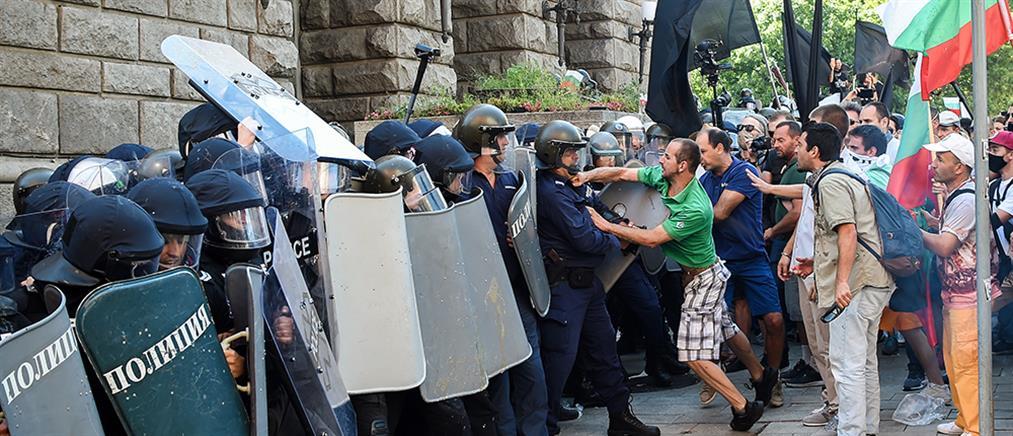 Άγριες συμπλοκές έξω από το κοινοβούλιο στην Σόφια (εικόνες)