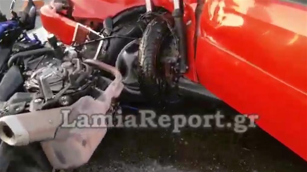 Σφοδρή σύγκρουση μηχανής με αυτοκίνητο στην Αθηνών-Λαμίας