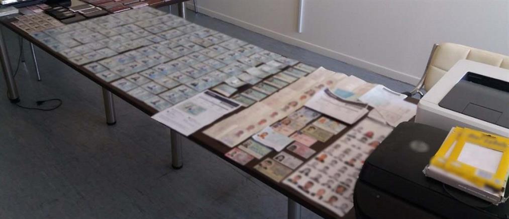 Συνελήφθη ζευγάρι που πλαστογραφούσε έγγραφα μεταναστών (εικόνες)