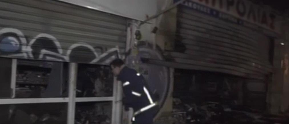 Φωτιά σε κατάστημα στον Πειραιά (εικόνες)