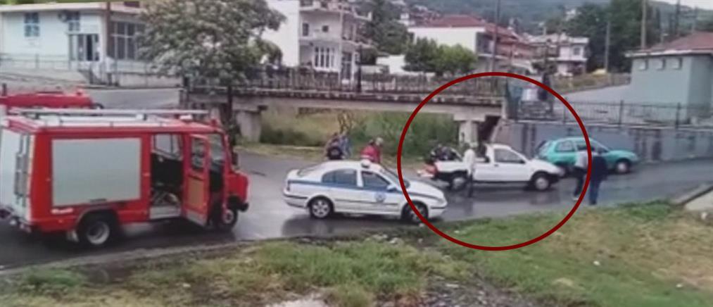 Ηλικιωμένος έπεσε σε ρέμα και τον μετέφεραν στο Κέντρο Υγείας σε… καρότσα αυτοκινήτου! (βίντεο)