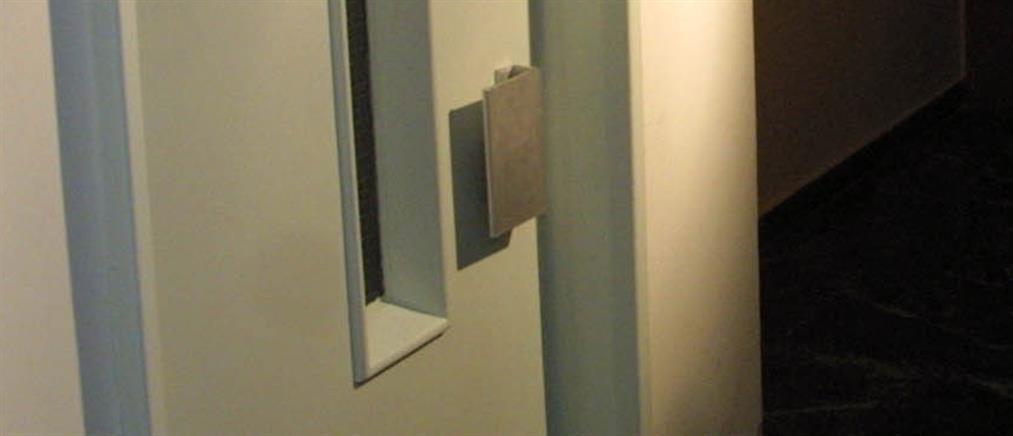 Κρήτη: γιατρός - επιδειξίας ήταν γυμνός στο ασανσέρ!