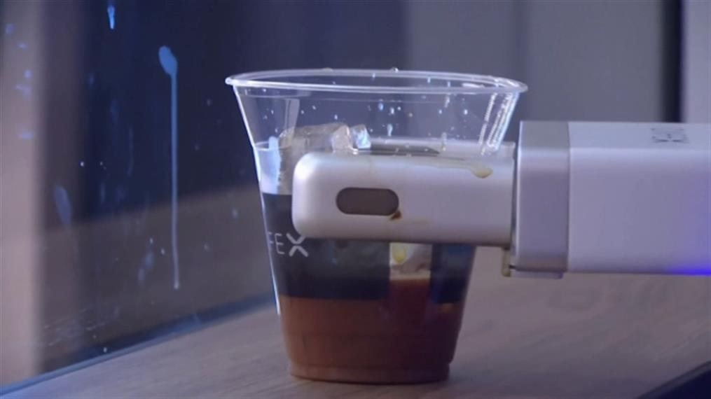 Ρομπότ σερβίρει καφέ