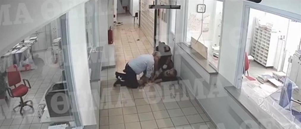 Κοζάνη: βίντεο από την επίθεση με τσεκούρι στην Εφορία (ΣΚΛΗΡΕΣ ΕΙΚΟΝΕΣ)