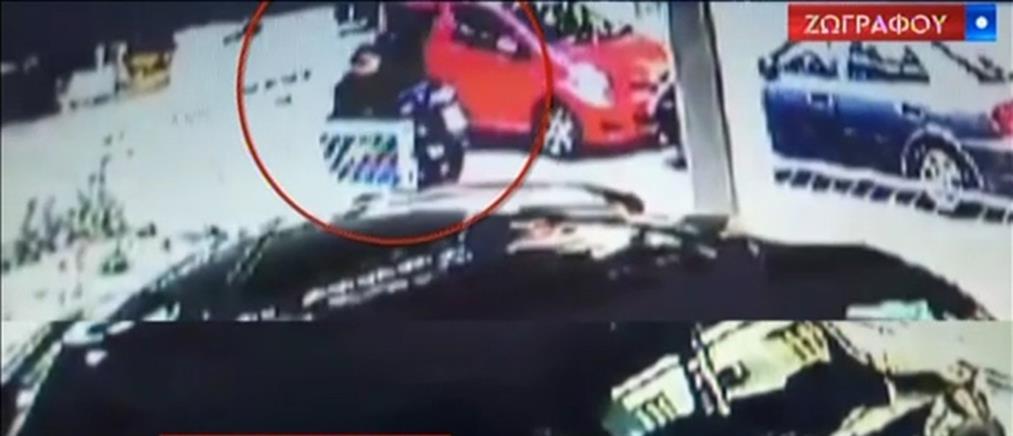Βίντεο: αστυνομικοί παρακολουθούν την 35χρονη πριν την προσαγωγή της