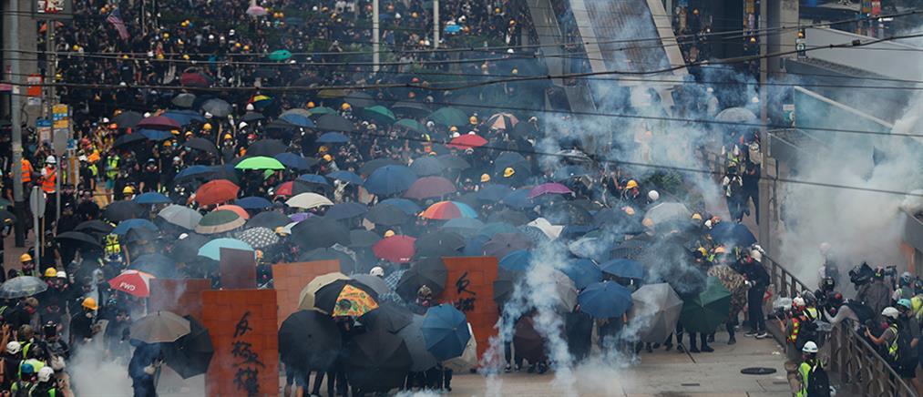 Χονγκ Κονγκ: Σπρέι πιπεριού και δακρυγόνα κατά χιλιάδων διαδηλωτών (βίντεο)