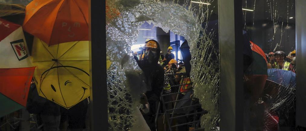 Χονγκ Κονγκ: Εισβολή διαδηλωτών στο Κοινοβούλιο (βίντεο)