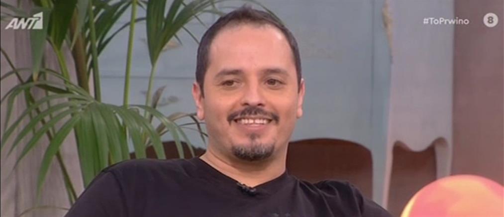 """Αλέξανδρος Τσουβέλας: Τα απρόοπτα με το... """"Ταξί"""" και οι απίθανες μιμήσεις (βίντεο)"""