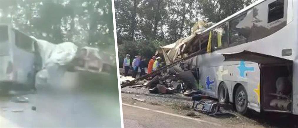 Δεκάδες νεκροί σε σύγκρουση λεωφορείου με φορτηγό