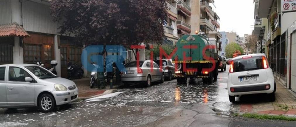 Απολύμανση στη γειτονιά του 35χρονου που πέθανε από κορονοϊό (εικόνες)