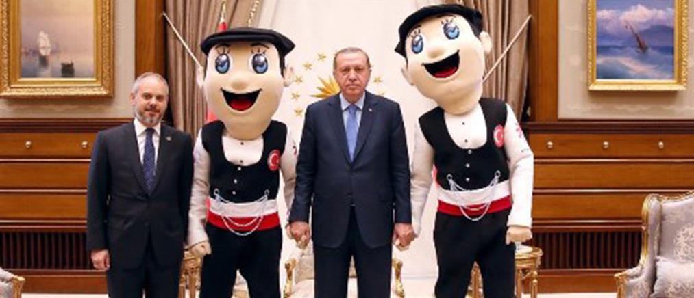Ο Ερντογάν ποζάρει χέρι - χέρι με τις μασκότ των Deaflympics 2017 (φωτο)
