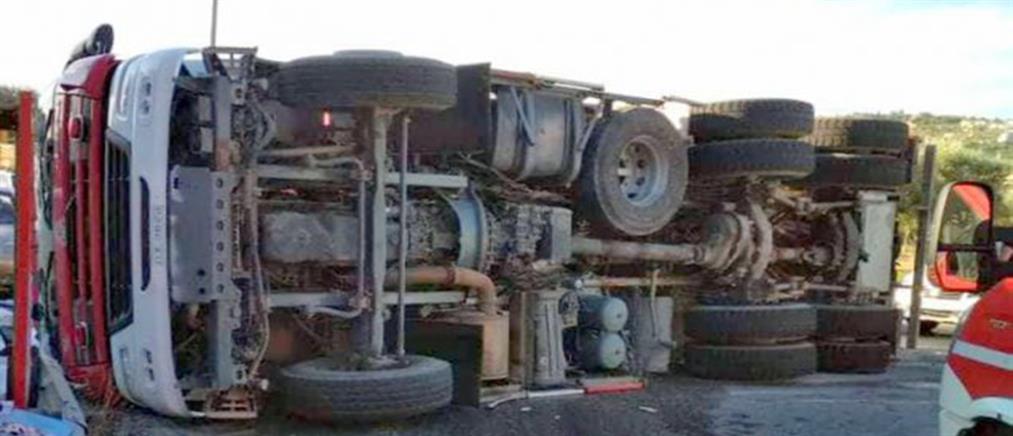 Ανετράπη πυροσβεστικό όχημα στο Αργοστόλι (εικόνες)