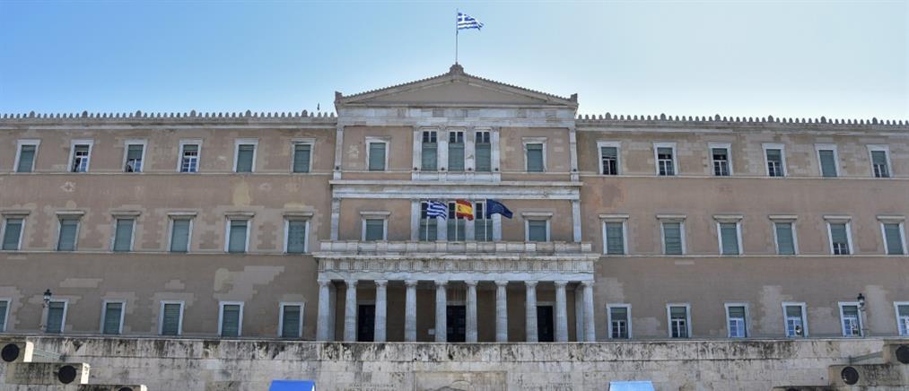 Κορονοϊός: Βουλή και ΥΠΕΞ ύψωσαν την ισπανική σημαία ως ένδειξη αλληλεγγύης (εικόνες)