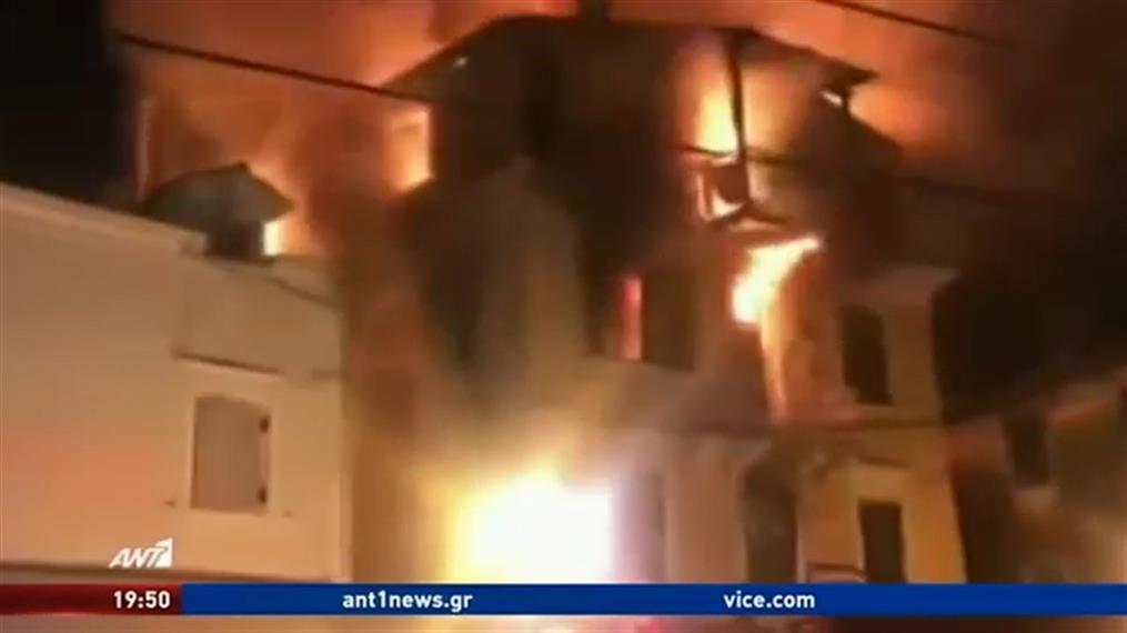 Συγκλονιστικές εικόνες από φλεγόμενο κτήριο στην Κέρκυρα