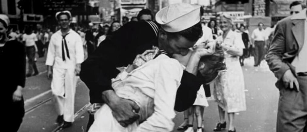 """Πέθανε ο ναύτης του """"φιλιού της Times Square"""""""