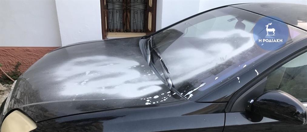 Ξύπνησαν και βρήκαν βαμμένα με σπρέι τα αυτοκίνητα τους (εικόνες)