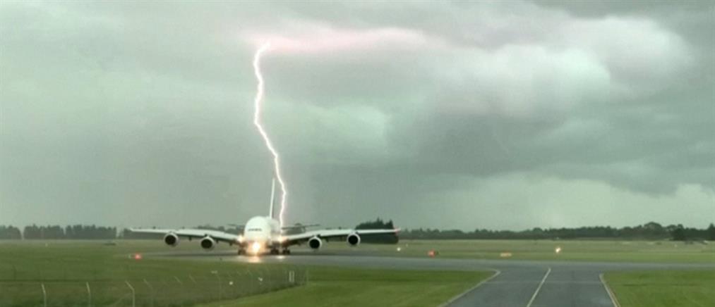 """Κεραυνοί πέφτουν """"ξυστά"""" από αεροπλάνο (βίντεο)"""