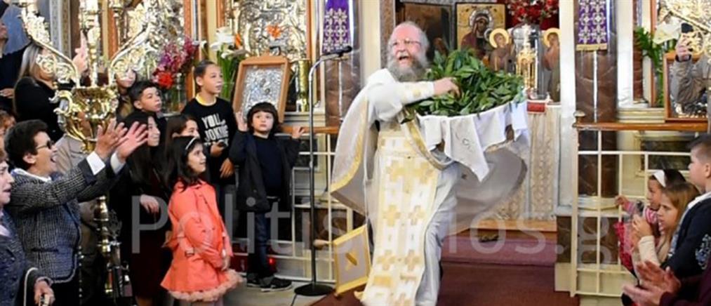 """Με τον """"ιπτάμενο παππά"""" η πρώτη Ανάσταση στη Χίο (εικόνες)"""