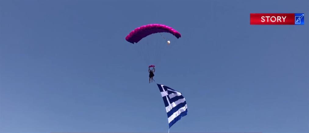 Ο ΑΝΤ1 με τους αλεξιπτωτιστές που ξεδιπλώνουν ελληνική σημαία 100 τ.μ. (βίντεο)