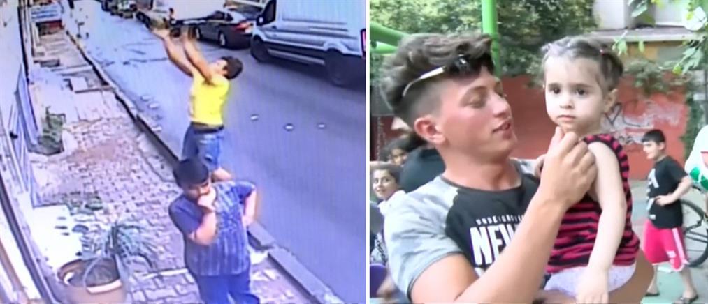Βίντεο σοκ: έπιασε στον αέρα μωρό που έπεσε από τον 2ο όροφο