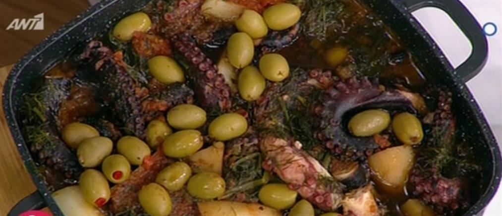 Χταποδάκι με πατάτες και σαλάτα από τον Βασίλη Καλλίδη (βίντεο)