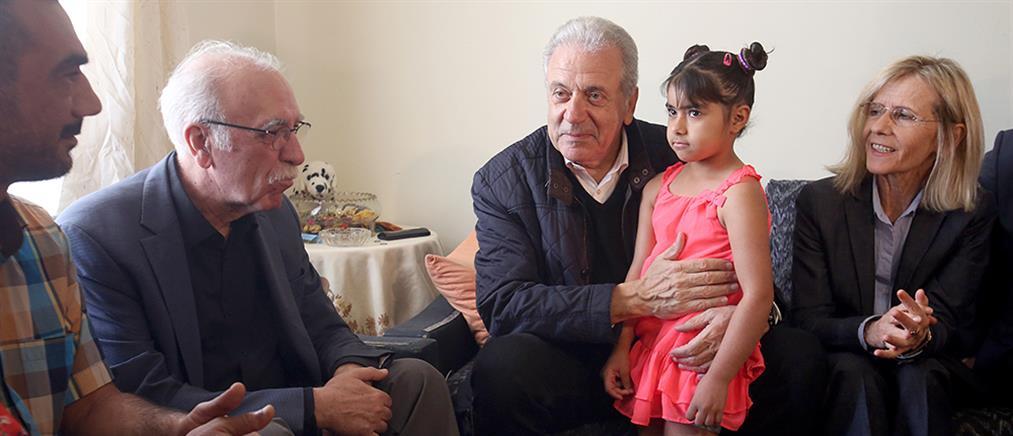 Αβραμόπουλος και Βίτσας επισκέφθηκαν πρόσφυγες σε Λιβαδειά και Ριτσώνα (βίντεο)