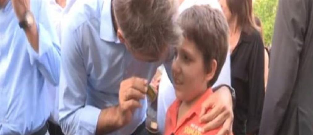 Το δώρο – έκπληξη ενός αγοριού που συγκίνησε τον Κυριάκο Μητσοτάκη (βίντεο)