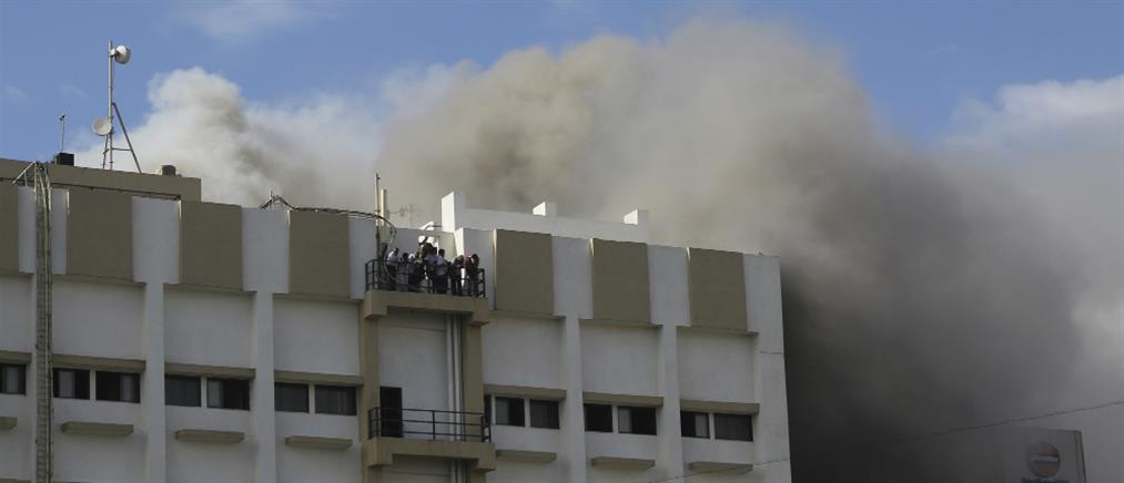 Δραματική διάσωση εγκλωβισμένων σε φλεγόμενο κτήριο (βίντεο)