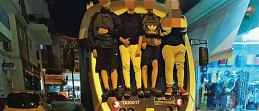 """Παράλογο """"παιχνίδι"""": νεαροί σκαρφαλώνουν στα τραμ… εν κινήσει! (βίντεο)"""