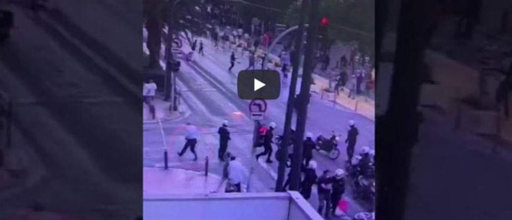 Επεισόδια: Η σκηνή με τον αστυνομικό που έχει αποσπαστεί στον ΣΥΡΙΖΑ (βίντεο)