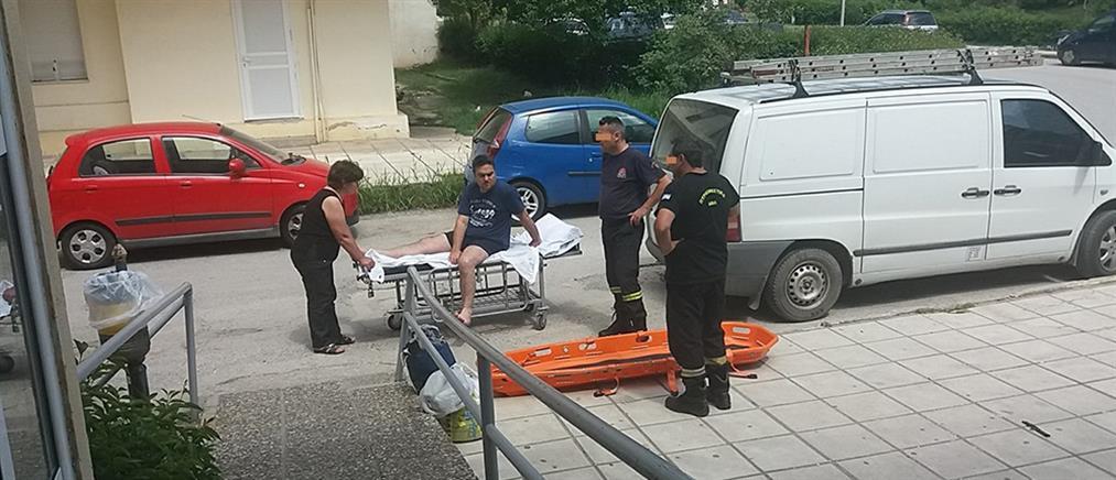Διακομιδή ασθενή με βαν και πυροσβέστες, ελλείψει ασθενοφόρου (εικόνες)