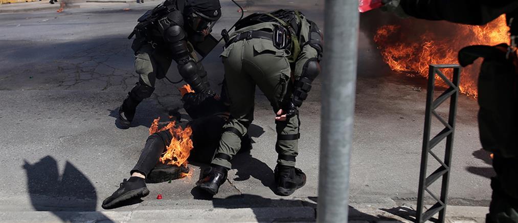 Θεσσαλονίκη: Αστυνομικός έσβησε τη φωτιά από το πόδι διαδηλωτή (βίντεο)