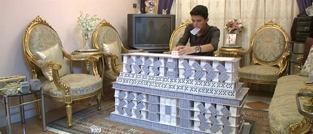 Χτίζει ιστορικά κτήρια με τραπουλόχαρτα (βίντεο)