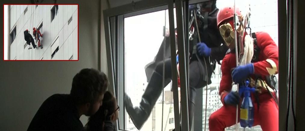 Σούπερ ήρωες εμφανίστηκαν στα παράθυρα νοσοκομείου παιδιών! (βίντεο)