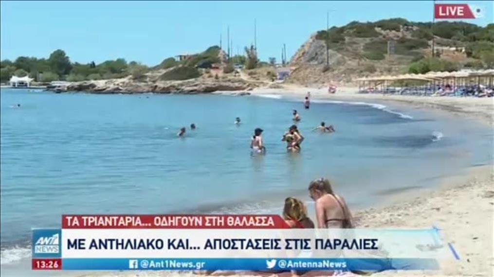 Γέμισαν και την Τρίτη οι παραλίες της Αττικής