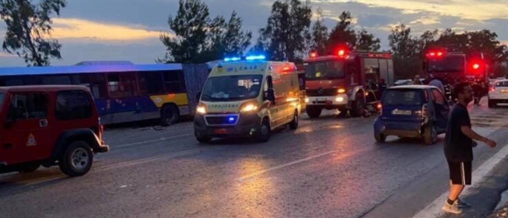 Σφοδρή σύγκρουση λεωφορείου με αυτοκίνητο στην παραλιακή (εικόνες)