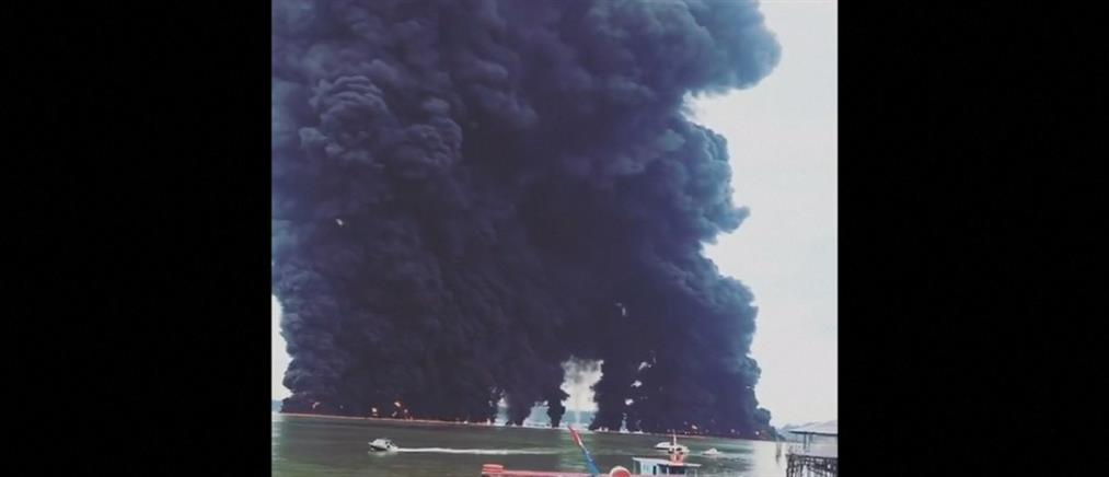 Στις φλόγες σκάφος ψαράδων (βίντεο)