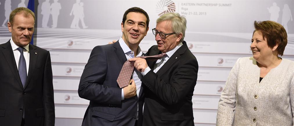 Μήνυμα Γιούνκερ για συμφωνία... η πρόβα της γραβάτας;